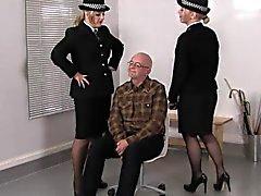 Femdoms Carabinieri puniscono perverso secondario con il cinture in pelle