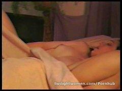 lésbica impertinente Ann Ampar masturba enquanto amante lésbica Robin Joy dorme