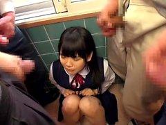 Carino teenager asiatica in sella a un grosso cazzo