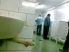 Vanhemmat miestä LAAT zich aftrekken FI pijpen sisään Openbaar Suihku
