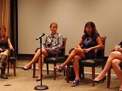 noticias moviendo las mujeres del dedo del pie en el panel de discusión
