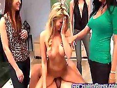 Terughoudend Bday meisje neukt The Stripper