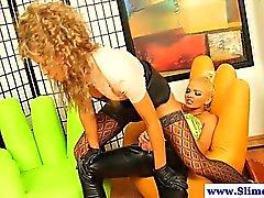 Горячие страпон держащий в руках Женское Доминирование получить буккаке