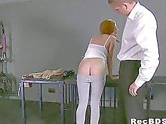 Redhead consolidée se fait de la gorge claqua jusqu'au facial