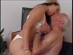 Oudere man neuken jonge verpleegster