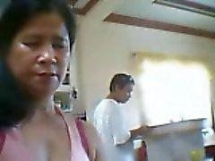 Filippinsk kvinna vill visa tuttarna men son bredvid henne