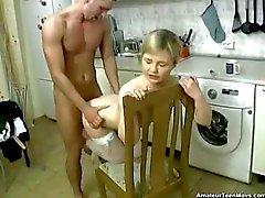 Blonde geneukt in de keuken