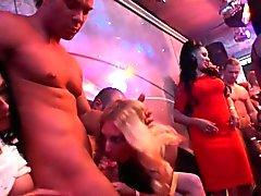 amadores euro Glam chupando pau na festa