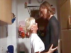 Mčre blonds et n'est pas de son fils d'amateur putain in kitchen faite maison