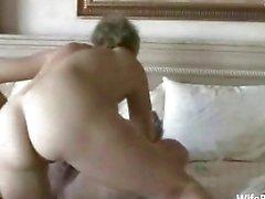 Oudere amateur paar geniet sex thuis