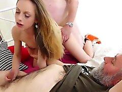 Edad joven Goes - puta adolescente atractiva en trío con chicos viejos