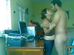 Couple pakistanais Porno Sex sur une table