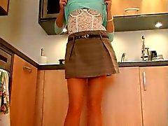 Britse slet Sandie Caine vingers zichzelf in de keuken