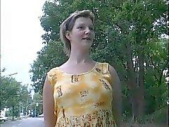 Zwangere Huisvrouw aangesloten van Street - DUITS