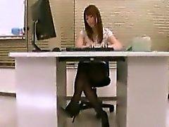 Hett sekreterare med sexiga långa ben och en fantastisk arslet exponerar