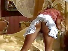 Italiaanse Dienstmeisje werkt hard