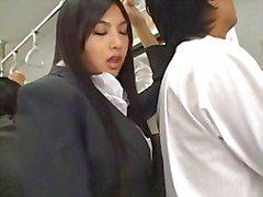 Sexy Asian gostosa Saori Hara tateia um homem no metrô e puxa sua wanker