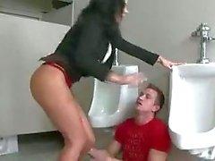 Bitchy leraar geeft om student lul in een badkamer