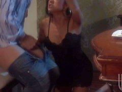 Exotischer schwarzes behaartes eine Frau öffnet den Reissverschluss Jeans Glückspilz und erfolgt