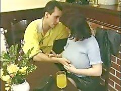 Mom aux gros seins avec le cheveu chat baises de garçon