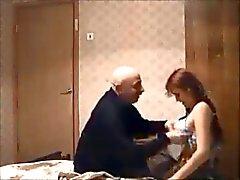 Oude man neukt roodharige tiener op verborgen cam