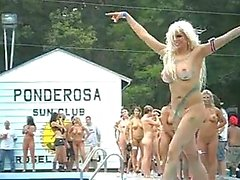 Groep van naakte meisjes Ponderosa 2012