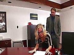 Nicole neukt in het kantoor