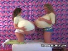 Hete rondborstige meisjes met enorme tieten