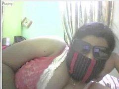 Indiase mollig meisje strippen op cam