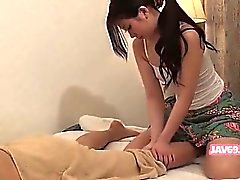 Linda asiático Bebé caliente Zarandear la