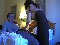 brunette moeder neukt haar zoon niet