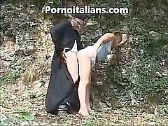 Cura italiano se folla niña perrito por el bosque - prete Italian de Scopa a pecorina ragazza nal bosco del porno italiano