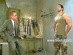 Tyler gebruikt BDSM en elektriciteit op Vince