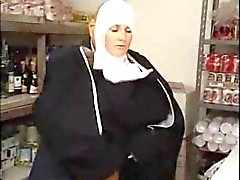 Italiaanse Latina Nun in Uniform Erotic neuken door vieze oude man