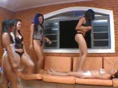 Ragazze brasiliane costringendo la sua adorazione del piede