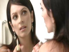 Dai grossi seni Piccola bruna di Denise Milani è metà nude e in posa
