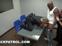 BLACK PATROL - Les flics de MILF aux gros seins et au cul donnent un ultimatum au voyou noir
