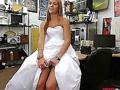 Bebé vende su vestido de novia y se atornilla