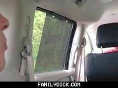 FamilyDick - Muscle медведь папа трахает мальчика в машине для курения