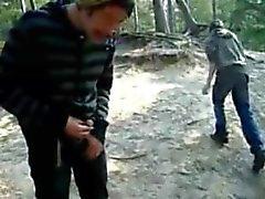 Orinando, sacudiendo, chupando, cumming al aire libre en el bosque