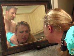 Gebundene Subslut Ivey Passion dominierte vor üppiger Gesichtsbehandlung