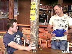 Bartender recto conduce su en primer lugar grifo de gays
