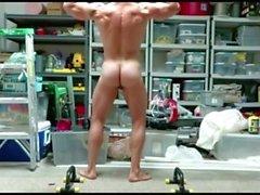 Muscle Dad posiert & nackt in der Garage