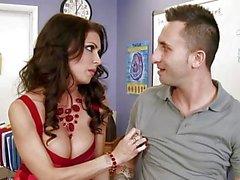 Kuumat isot tissit opettajan Jessican Jaymes otsatukka hänelle assistentti - Naughty America
