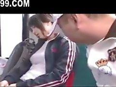 schattig rondborstige schoolmeisje geneukt op bus