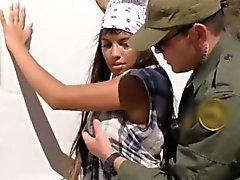 Горячего Latina вместе с большой сиськи резьбовыми по пограничной патрульной машине