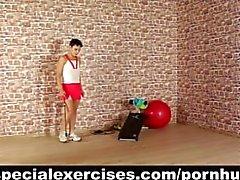 Entrenamiento del deporte de sumisa y sexy para muchacha adolescente petite