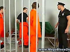 бисексуалка надзиратель становится тяжело с заключенным