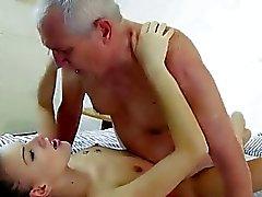Mooie tiener te genieten van seks met opa