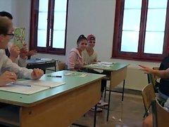 Les étudiants du Collège baisent leur professeur en classe dure